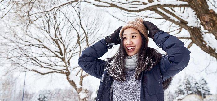 Murid bermain di salju