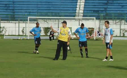 Em foto de arquivo, treinador orienta  jogadores alvinegros