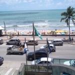 Praia de Boa Viagem e as bandeiras de Recife, Pernambuco e Brasil