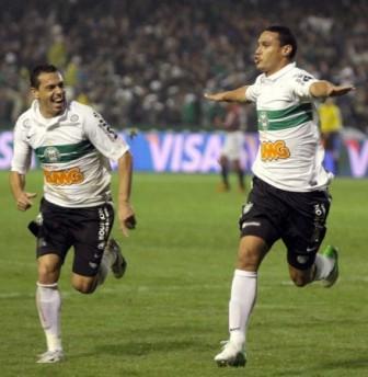Coxa usa a cabeça e garante presença na segunda final consecutiva da Copa do Brasil