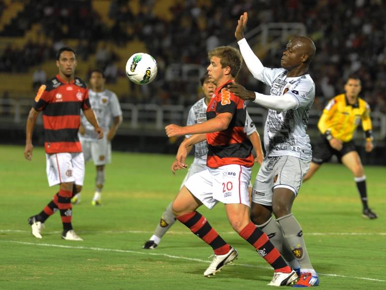 Thomás faz jogada do gol, mas Fla só empata. Bota leva 4 a 0 do São Paulo