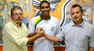 Marcelo Salles foi apresentado pelo vice de futebol Vitor Lima e pelo presidente Jânio Moraes