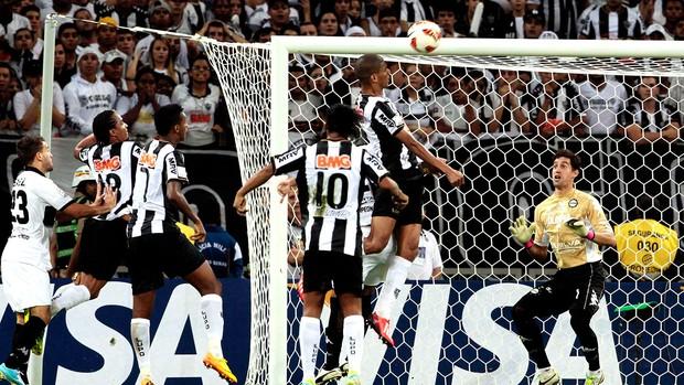 Gigante: Leonardo Silva marca de cabeça o gol da sobrevida do Galo. (Foto: Reuters).