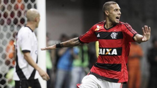 Em alta, Paulinho decide clássico e tira Fla do Z4. (Foto: Extra)
