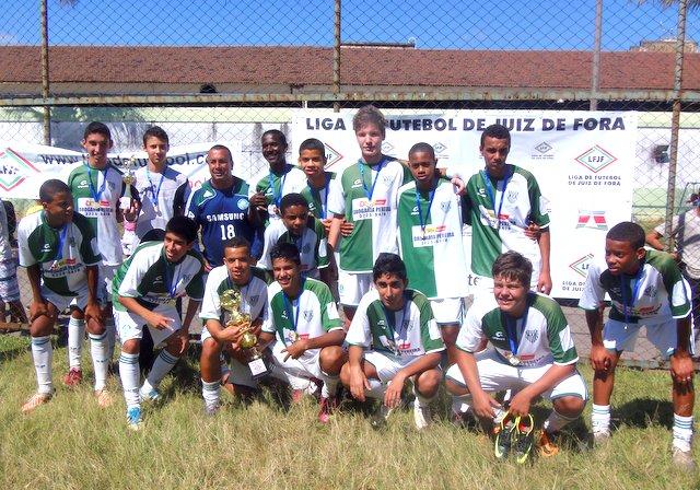 Jogadores e comissão do Bonsucesso, campeão do Infantil na Liga de Juiz de Fora.