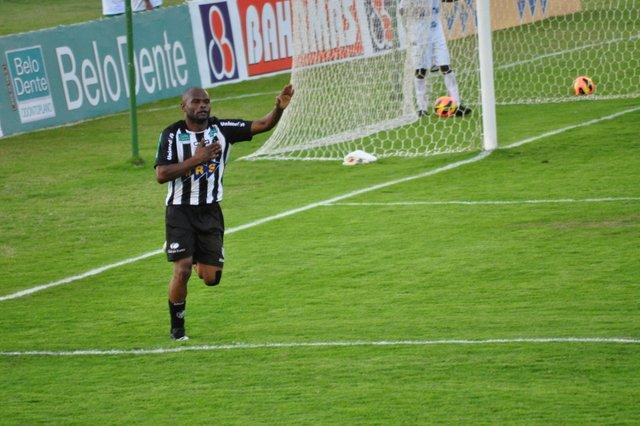 Ele é o cara! No jogo da redenção, Adê marca três contra o Araxá. (Foto: Renato Gomes)