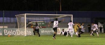 """Massagista invade campo e """"salva"""" gol do Tupi. No ar, o """"Vexame Aparecidense"""""""