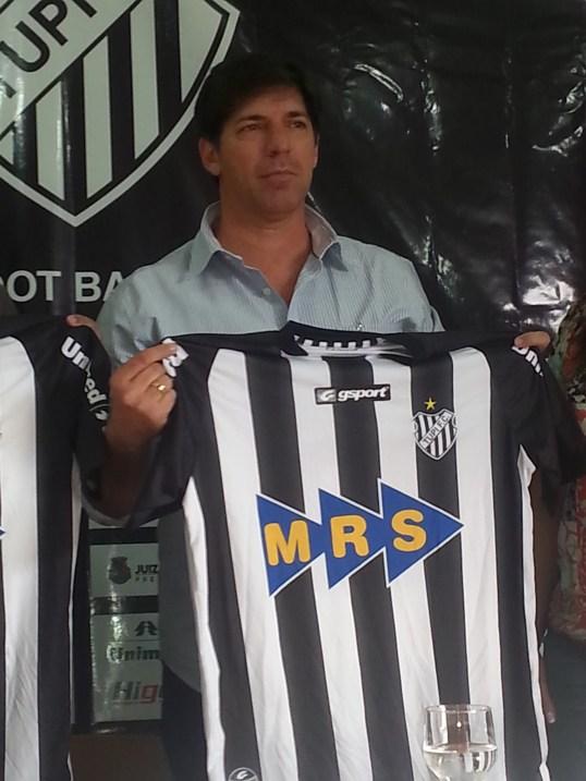 Wilson Gottardo recebe camisa do Tupi durante apresentação na sede social