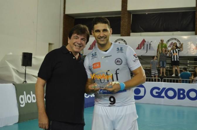 Reitor entrega Troféu Viva Vôlei ao levantador Rívoli após vitória sobre Volta Redonda