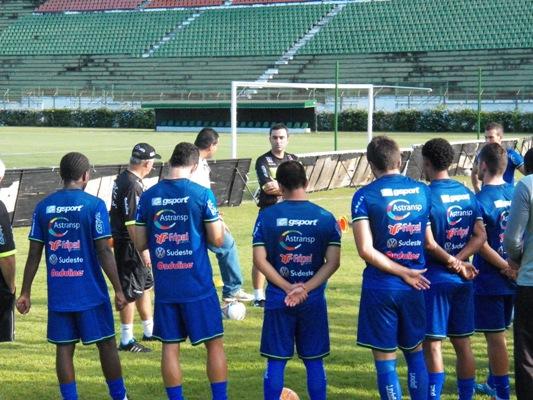 Jogadores e comissão técnica, junto ao diretor executivo do Tupí, Alberto Simão, fazem primeira reunião em campo com o auxiliar Júlio Cirico em sua volta ao Carijó