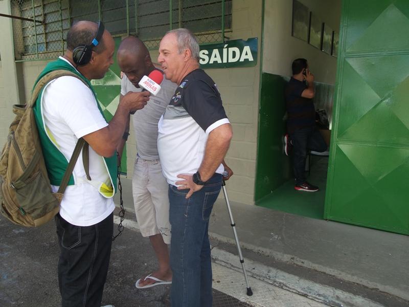 Paulo Campos, ao lado de Ademilson, momentos antes de Tupi x Guarani, sua despedida em rápida passagem pelo clube carijó