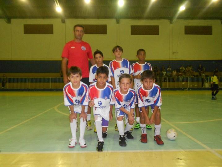 Meninos do Balança Rede ao lado do técnico, Sérgio Augusto