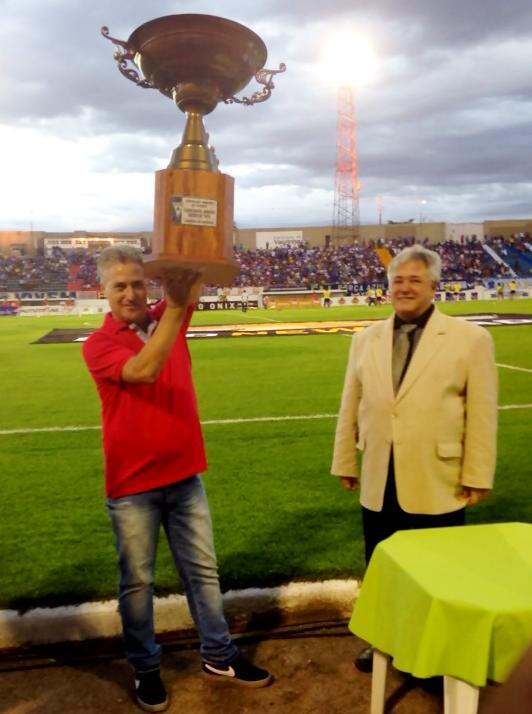 Presidente do Boa Esporte, Rone Moraes, recebe o trofé. (Foto: Assessoria da FMF)