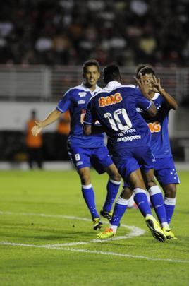 Júlio Baptista comemora o gol no fim do jogo. (Foto: Beto Magalhães)