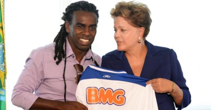 Meio-campista do Cruzeiro, Tinga, entrega camisa para presidente Dilma Roussef, em encontro após episódio de racismo