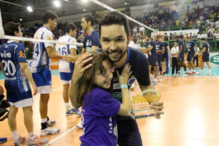 Levantador do Sada Cruzeiro, William Arjona, recebe o troféu Viva Vôlei