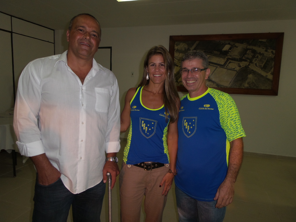 Presidente do Clube Bom Pastor, Paulo Sérgio Costa, a nova sócia-atleta Débora dos Santos e o coordenador da equipe, Luis Fernando Bartholomeu