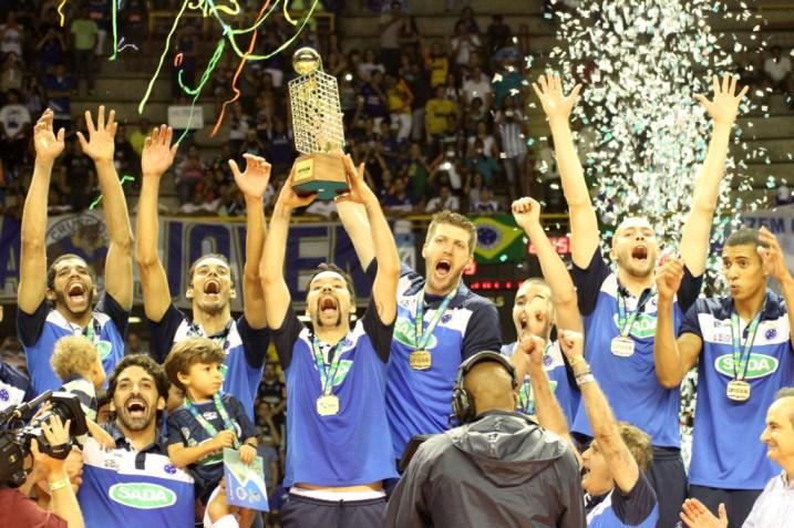 Sada Cruzeiro comemora: na final, 3 sets a 0 sobre o Sesi-SP