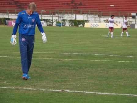 Douglas não tem certeza se houve impedimento no gol da vitória do Tupi e acredita que não cometeu pênalti no lance anterior