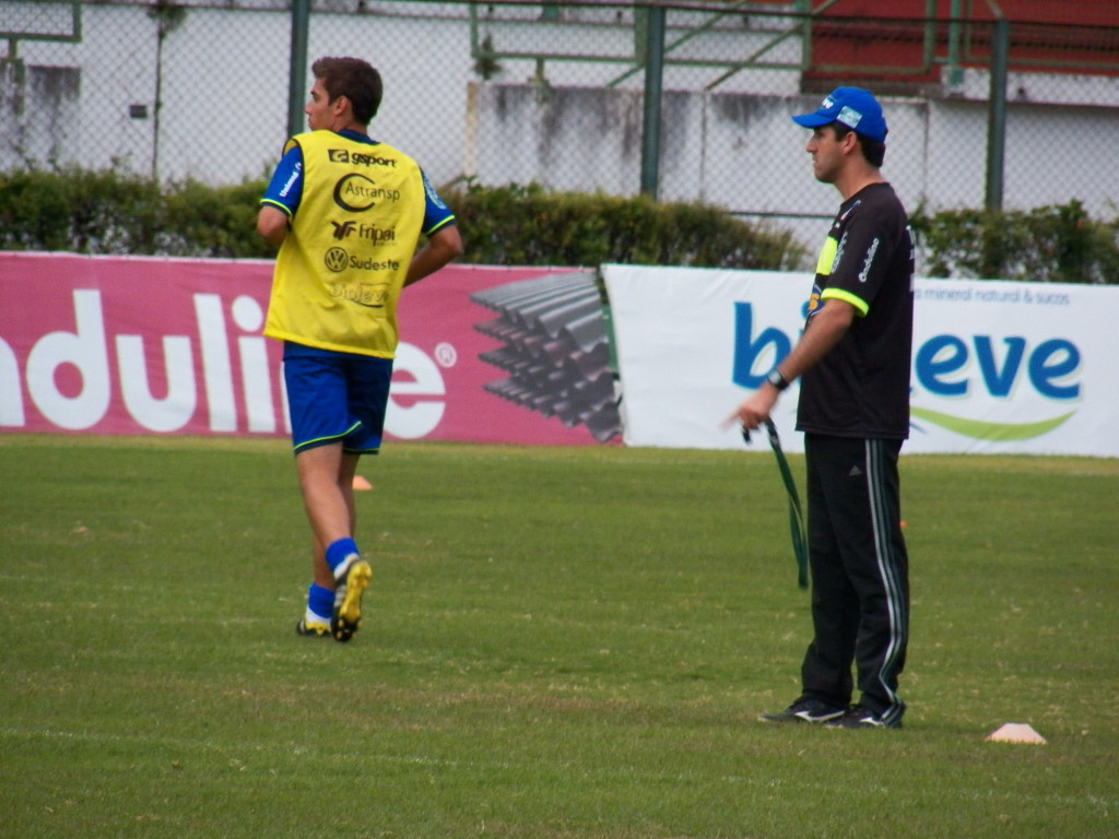 Marcelinho treinou na lateral-direita, observado pelo comandante Léo Condé