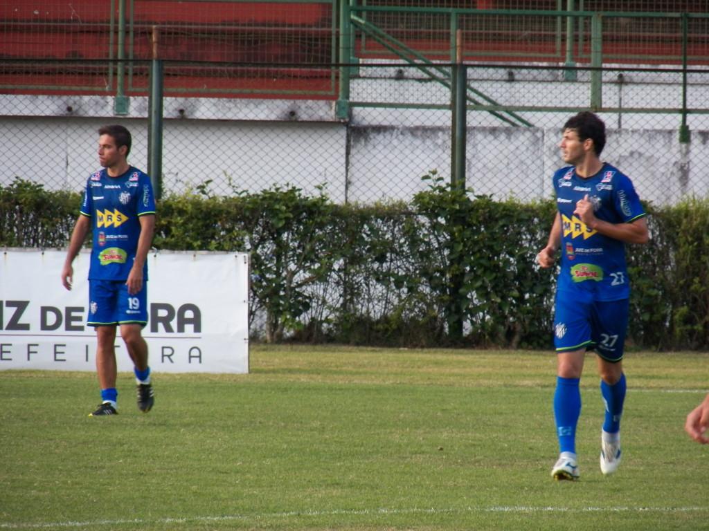Marcelinho (esquerda) e Wesley Ladeira atuaram juntos em parte do treinamento, mas lateral-direito ainda não tem presença garantida