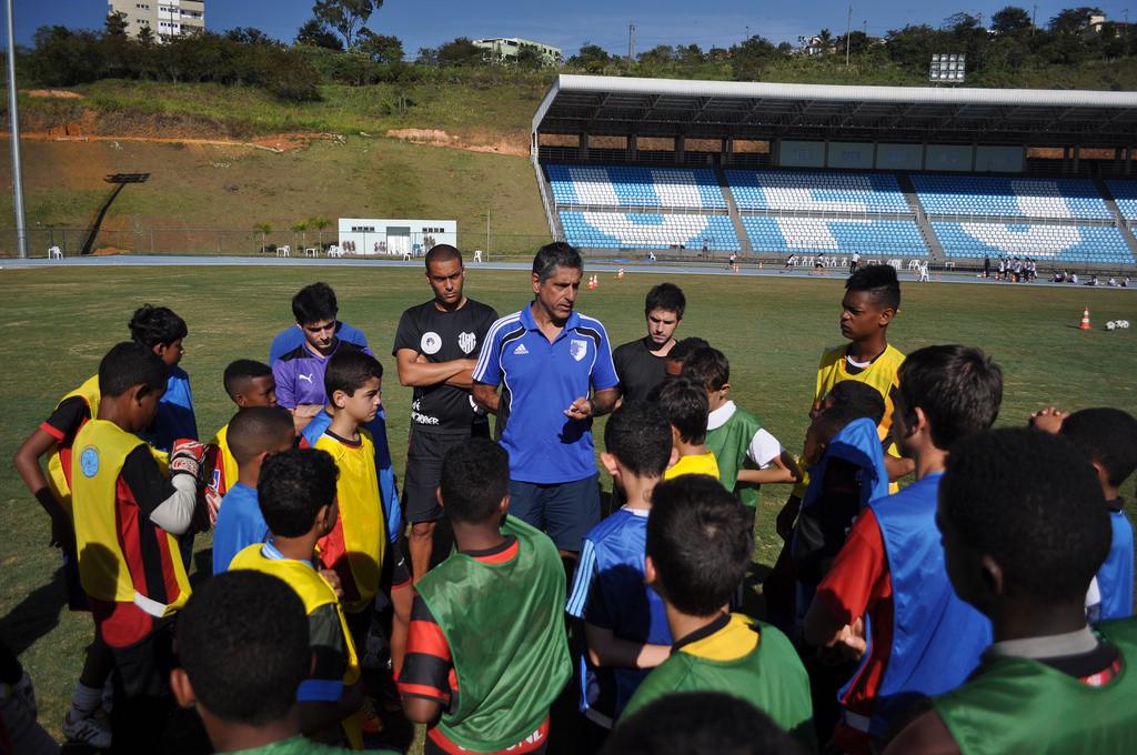 Professor Marcelo Matta (de azul, ao centro) em treino do  projeto de extensão de futebol da UFJF