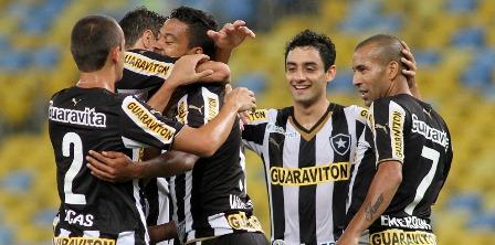 Daniel, próximo de Emerson: juiz-forano marcou 3 gols e foi o dono da noite no Maracanã, na goleada sobre o Criciúma por 6 a 0