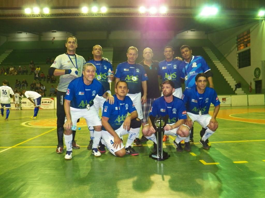 Equipe master do Grupo Rezato posa para foto após mais um título conquistado