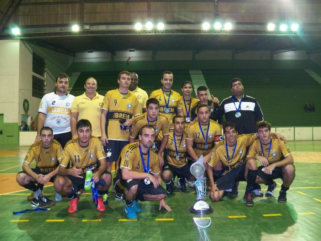Vice-campeões do Ibrem FCC posam para foto com troféu e medalhas