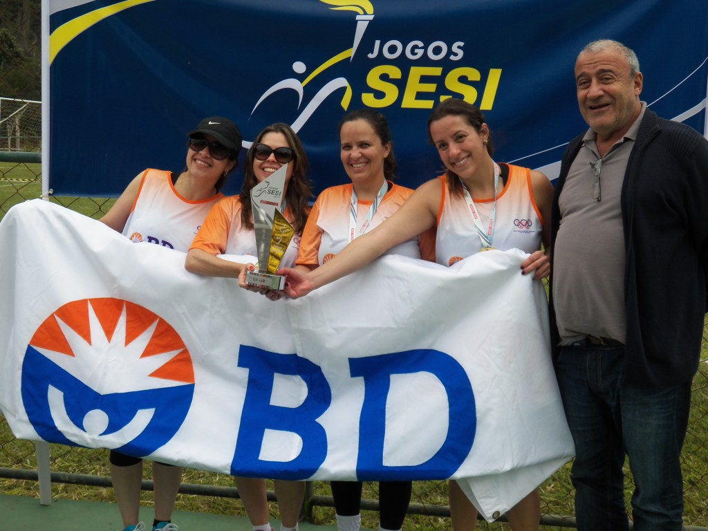 Equipe campeã da BD recebe premiação do professor José Antônio Bara Miguel