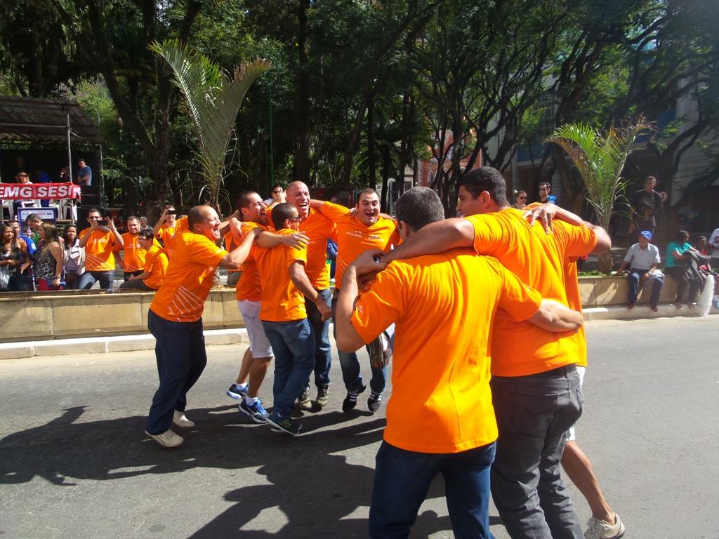 Em plena pista central da Avenida Rio Branco, equipe masculina da Arcelor Mittal JF comemora título no cabo de guerra