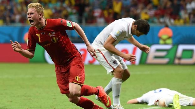 De Bruyne sai para comemorar o gol. Ao fundo, norte-americanos lamentam (Foto: Getty - reprodução site ESPN Brasil)