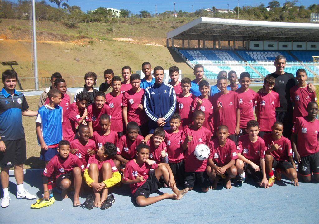 Van Gasse ao  lado dos garotos do projeto de extensão da UFJF e de Marcelo Matta