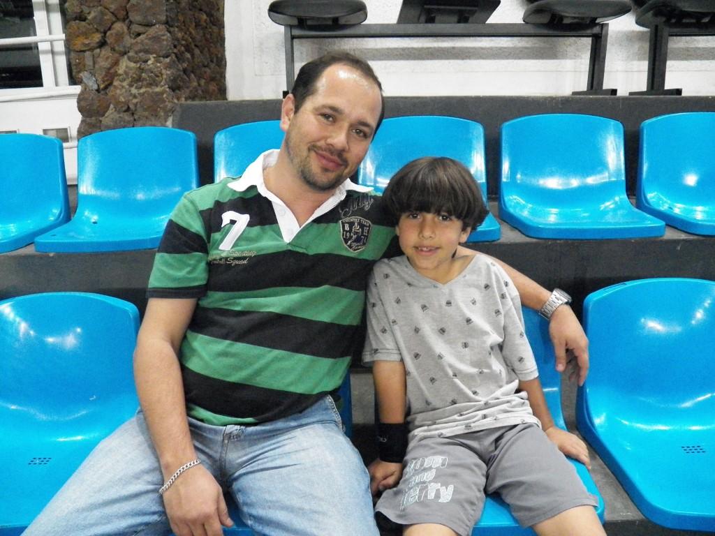 Professor Marcelo Silvério ao lado do filho no ginásio da Faefid