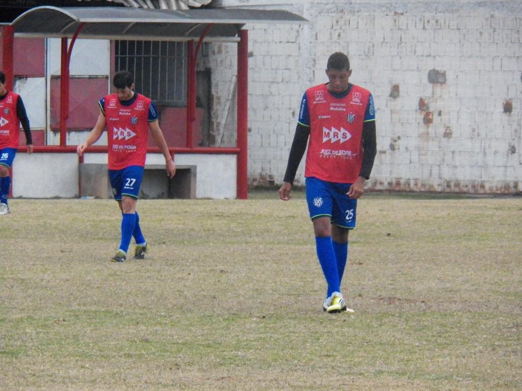 Helder (direita) formará dupla de zaga com Wesley Ladeira contra o Caxias
