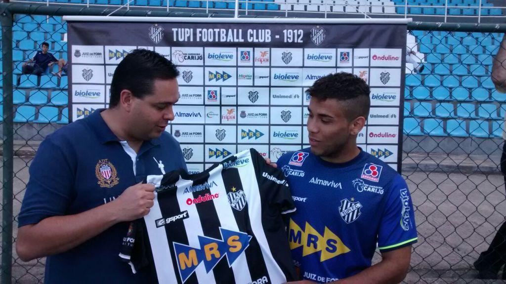 Dirigente Alberto Simão entrega camisa carijó ao atacante André, 21 anos, ex-América Mineiro e Tombense