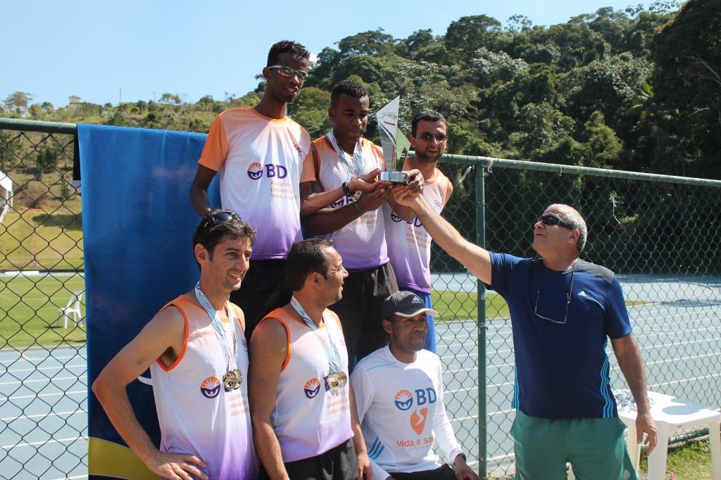 Atletas-trabalhadores da BD recebem o troféu e medalhas de ouro de José Antônio Bara Miguel