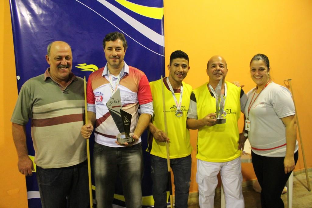 Pódio da sinuca com o árbitro, Alfredo Coimbra (esquerda) e os dois primeiros colocados com os troféus, Venício (ao lado de Alfredo) e Fausto