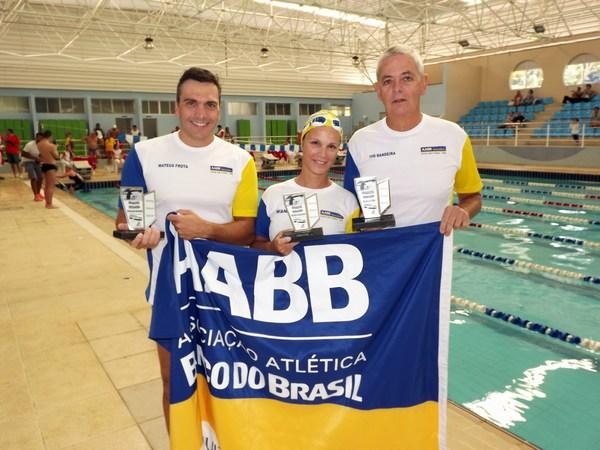 """Antes do início das provas, os nadadores da AABB-JF, Mateus Frota, Wania Sarmento e Ivo Bandeira receberam o """"Troféu Eficiência 2013"""" em suas respectivas faixas etárias"""