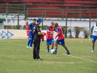 Condé testa Adê entre os titulares. Chico volta e Maranhão sente lesão em treino