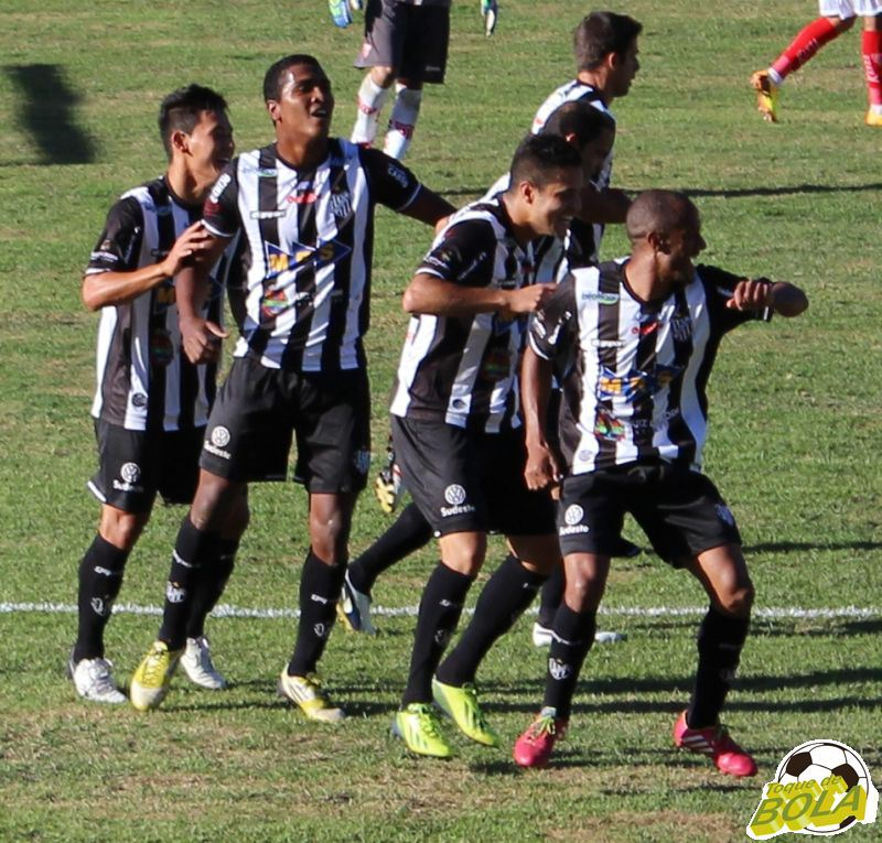 Jogadores do Tupi na dancinha depois do gol de Élder Santana nos 5 a 0 sobre o Mogi Mirim, em Juiz de Fora