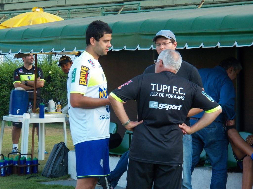 À esquerda, fisioterapeuta do Tupi, Teo Lopes, ressaltou recuperação dos atletas após trabalhos intensivos