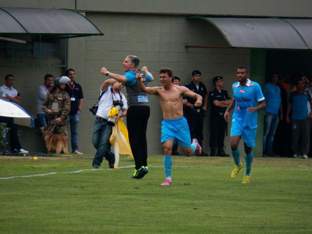 Ruan tirou a camisa na comemoração e levou o segundo cartão amarelo no jogo, sendo expulso de campo