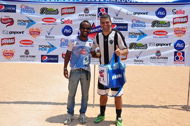 Wesley segue balançando as redes, agora na Copa Prefeitura Bahamas de Futebol Amador 2014: no último domingo, marcou os dois da vitória do LFC sobre Dominados, no jogo de destaque da rodada entre os adultos
