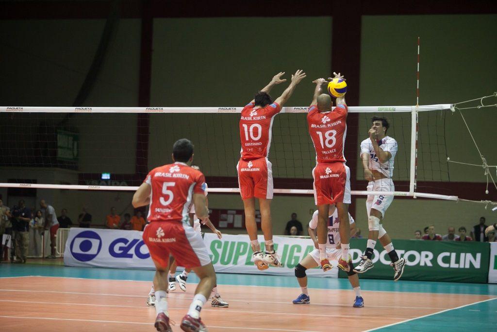 O time de Campinas (de vermelho) foi a Novo Hamburgo (RS) e venceu por 3 sets a 1 (Foto: Divulgação/Daniel Nunes/site CBV)