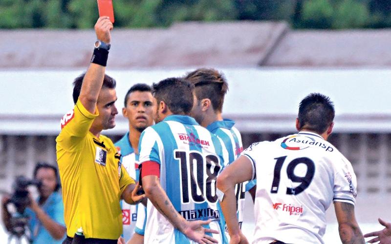 Expulsão do volante bicolor colaborou para o Tupi crescer no jogo e fazer o gol (Foto: Mário Quadros/Diário do Pará)