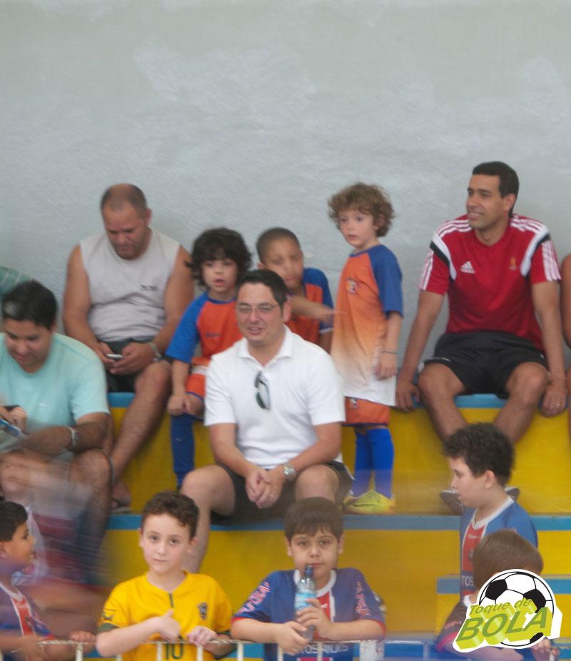 """Na arquibancada do Colégio dos Santos Anjos, ao lado do filho, o assistente Fifa Marcelo Van Gasse garante: """"Tem dias que ele se veste de árbitro e olha no espelho"""""""