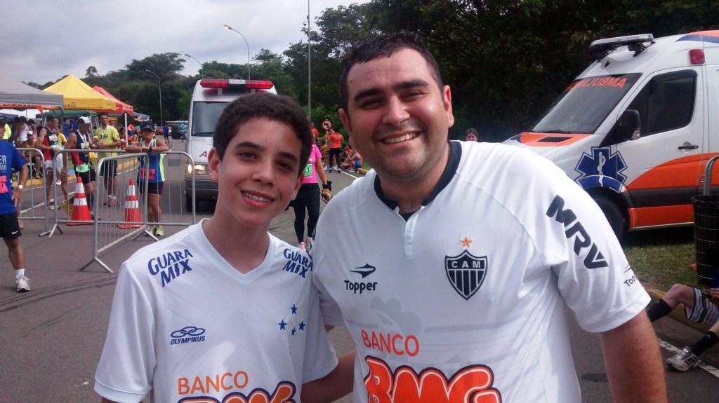 Carlos Eduardo (esquerda) e Caio Cézar com as camisas de seus clubes de coração