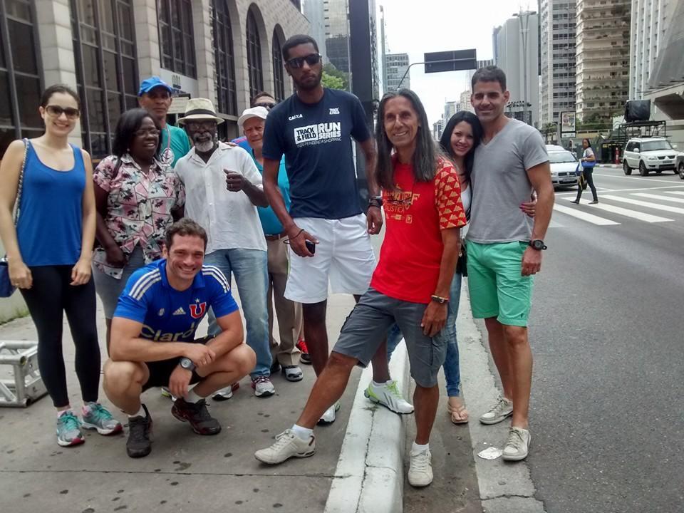 Gedair (camisa vermelha), o filho Alisson (o mais alto) e parte da delegação juizforana marcando presença nos bastidores da São Silvestre, em São Paulo