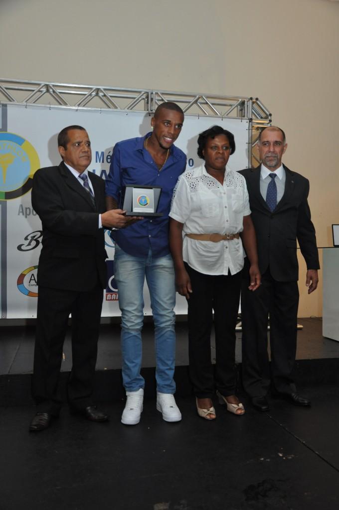 Marcelo subiu com sua mãe para receber prêmio